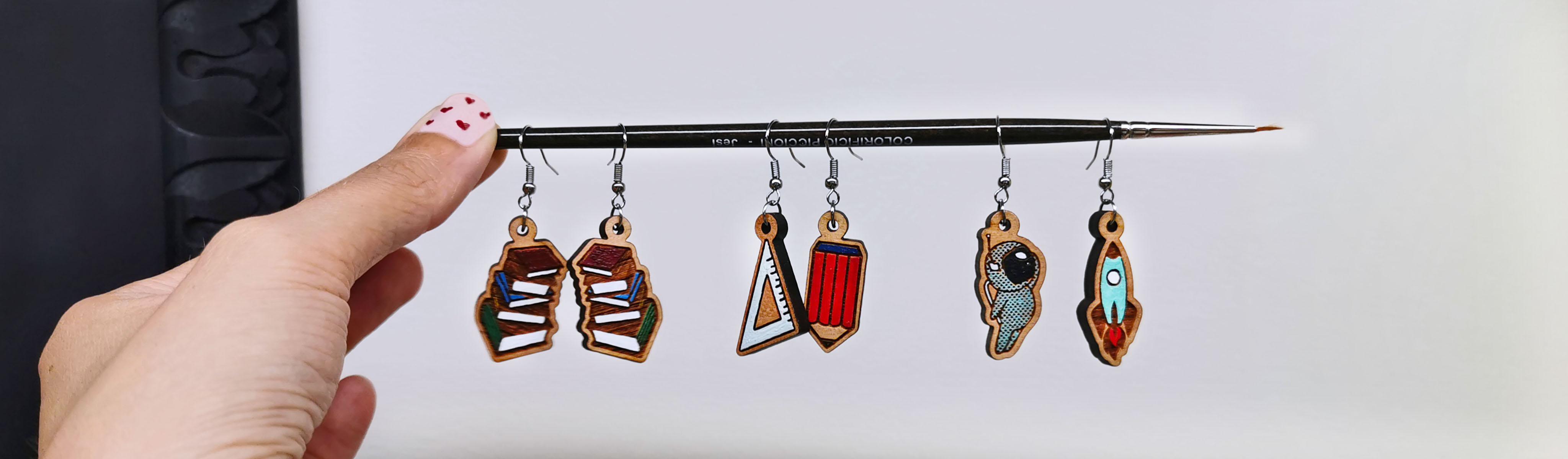 orecchini legno dipinti a mano libri righello spazio razzo squadra matita gigetto1910 idee regalo donna home